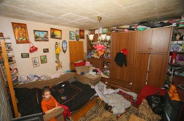 В Киеве годовалый ребенок спит на холодном полу в доме с дырявыми стенами