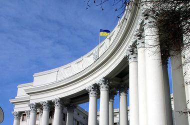 У Порошенко обещают назначить послами в странах Европы молодых дипломатов