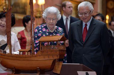Елизавета II в цветастом платье показала кораблики президенту Сингапура