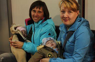 """Мамы с детьми продолжают получать на """"Донбасс Арене"""" детские наборы от Рината Ахметова"""