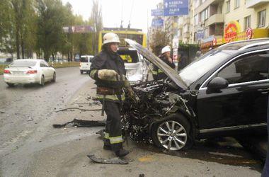 В центре Киева столкнулись пять иномарок и троллейбус