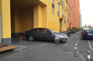 В Киеве пешеходы наказали водителя за неправильную парковку, обмотав его машину пленкой