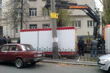 В центре Киева снесли пять незаконных ларьков