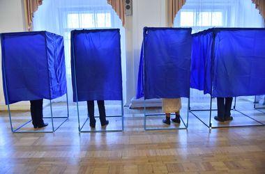 В Киеве на участке задержали мужчину, который указывал людям, за кого голосовать