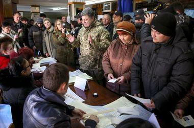 Порошенко прилетел в зону АТО, чтобы проверить, как голосуют солдаты