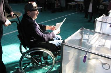 Кернес голосовал с охраной и дождался очереди