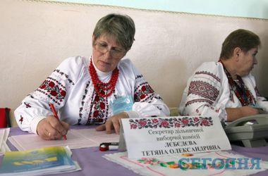 Как голосуют в Новых Петровцах: члены комиссии пришли в вышиванках, а избиратели собрались на час раньше срока