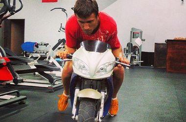 Василий Ломаченко катается на мотоцикле по раздевалке
