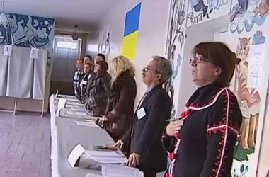 В Мариуполе члены избирательной комиссии спели национальный гимн