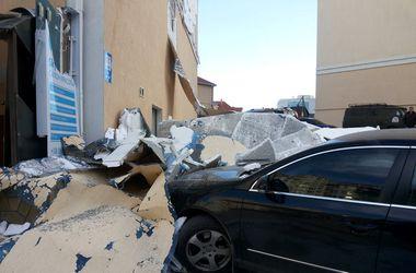Шторм в Крыму: разбитые авто, сорванные крыши и очередь на переправе