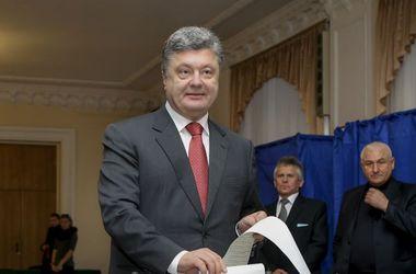День выборов: Випы голосовали с охраной, полярники — по Сети, а соседи Януковича — с гимном