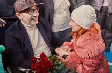 """В Харькове на выборы шли с розами и автоматами """"Калашникова"""""""
