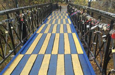 Мост влюбленных в Киеве стал желто-голубым