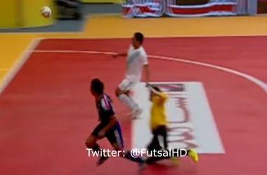 Супергол в матче по мини-футболу