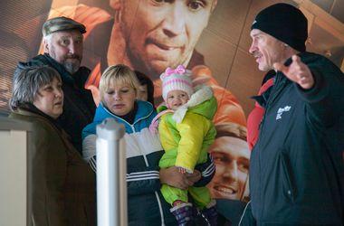 """Гуманитарную помощь от Рината Ахметова на """"Донбасс Арене"""" теперь получают и макеевские мамы"""