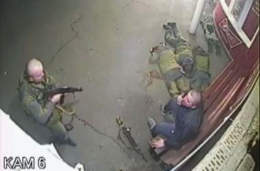 Шокирующее видео избиения боевиками мирных жителей Донецка (18+)