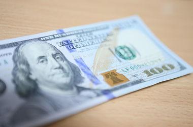 """Банки """"придерживают"""" доллары, но ажиотажа пока нет"""