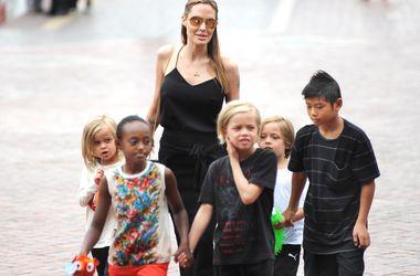 Дети Джоли и Питта пощадили Букингемский дворец