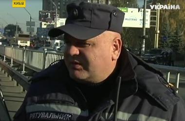 В Киеве на проспекте Победы перевернулась цистерна с подсолнечным маслом