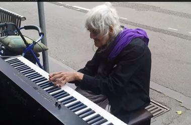 80-летняя уличная пианистка покорила Интернет