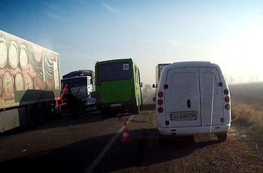 В Харькове между фурами раздавило авто