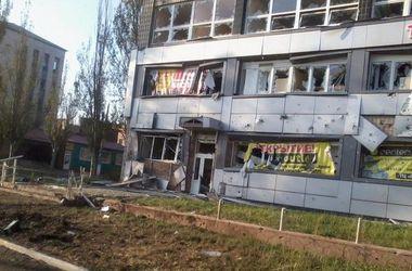 Горловка в тылу террористов: разрушенные дома, снаряды посреди улицы и дымовая завеса