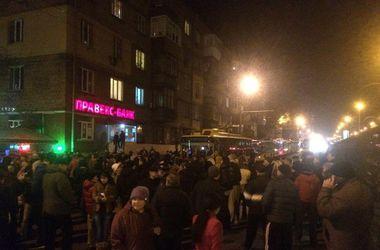 Киевляне перекрыли улицу, требуя включить воду и свет