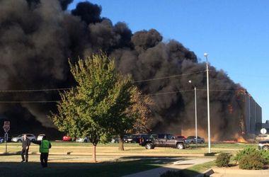 В США самолет врезался в здание на территории аэродрома (Обновлено)