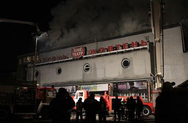 """Пожар в """"Жовтне"""": кинотеатр поджог студент-историк, а ремонт здания займет год (инфографика)"""