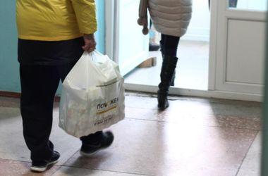 Гуманитарный штаб Ахметова помогает спасать слепого инвалида из Луганска