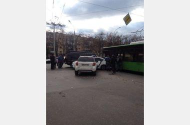 В Харькове столкнулись три авто и троллейбус