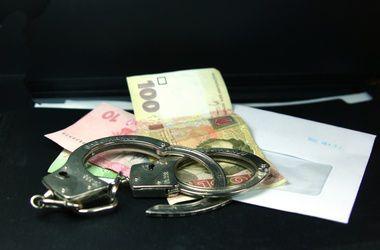 Следователь попался на взятке в 30 тыс. грн.