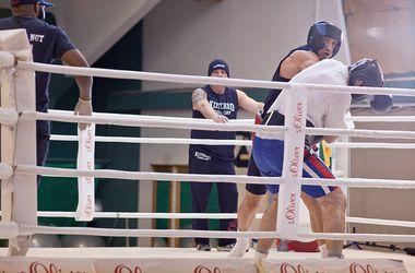 Владимир Кличко бьет спарринг-партнеров на тренировке