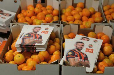 Дарио Срна передал донецким детям 20 тонн мандаринов