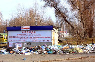 В Киеве образовалась свалка возле остановки транспорта