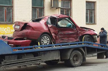 В Харькове после столкновения с ВАЗом иномарка влетела в угол дома