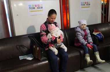 """На """"Донбасс Арене"""" раздают помощь от Ахметова для мам и малышей"""