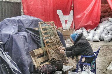 В Киеве 80-летняя бабушка из Луганска плетет кикиморы для бойцов АТО