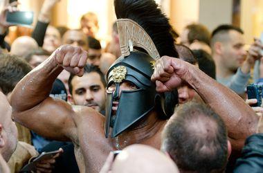 Шеннон Бриггс явился на взвешивание Кличко - Пулев в страшном черном шлеме