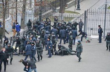 Милиция задержала 16 человек, которые пытались спилить забор у здания АП