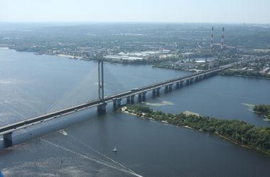 В Киеве мужчина выжил, упав в воду с Южного моста