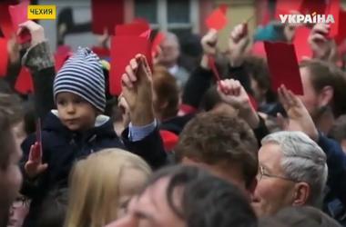 Тысячи пражан вышли на улицы - отметить 25-летие бархатной революции