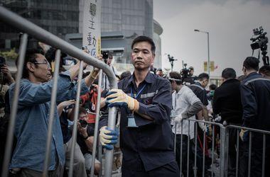 Полиция снова разбирает баррикады в центре Гонконга