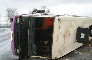 В Полтавской области пассажирский автобус слетел в кювет и перевернулся, есть жертвы
