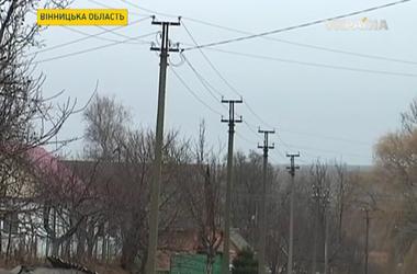 Тысячи людей в Украине сидят без света