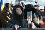 На Майдане проходит молебен, люди стоят с флагами и свечами