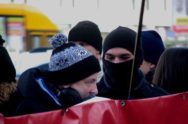В Днепропетровске на годовщину Евромайдана пришли парни в балаклавах