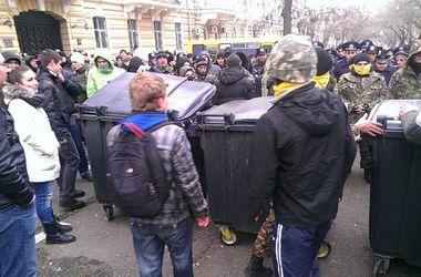 В Одессе главному милиционеру области прикатили мусорный бак