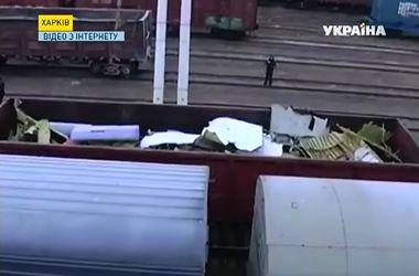 """Обломки сбитого над Донбассом """"Боинга-777"""" привезли в Харьков"""