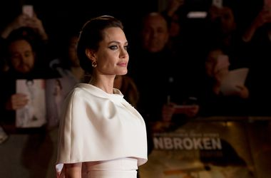 Анджелина Джоли в компании британских военнослужащих представила свой новый фильм